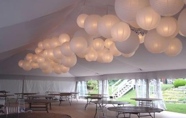 Trossen met witte lampionnen in feesttent