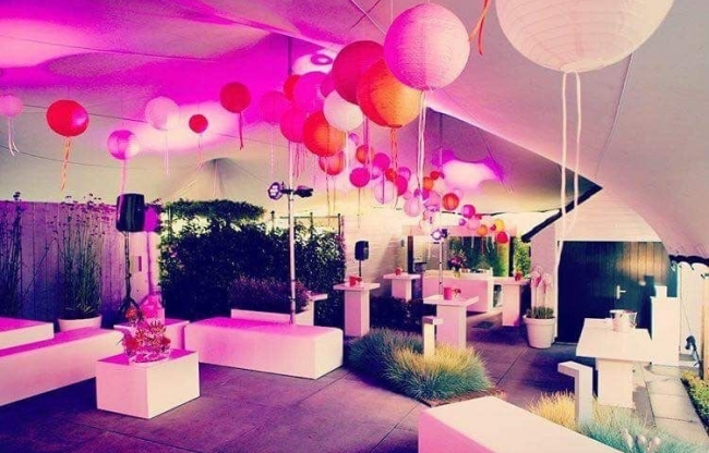 Witte en oranje lampionnen op een event