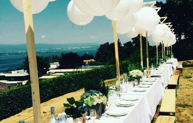 Witte lampionnen buiten boven de dinertafel