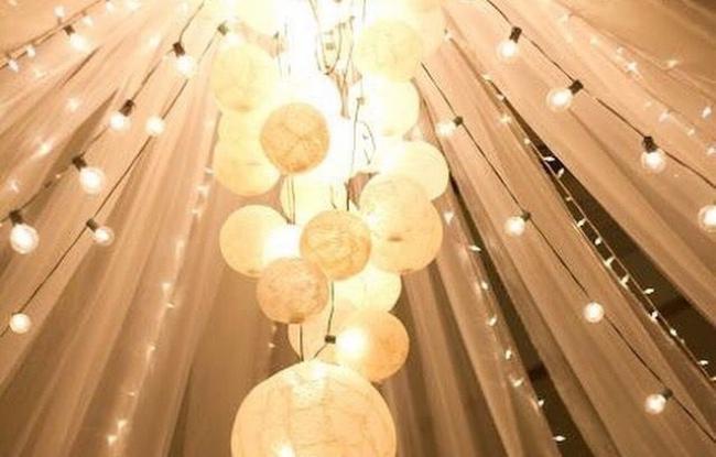 Witte lampionnen in punt van tent