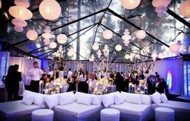 witte lampionnen op een event