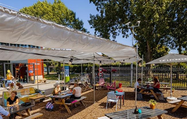 Zonovergoten terras van café Keet in Kanaal30 Utrecht