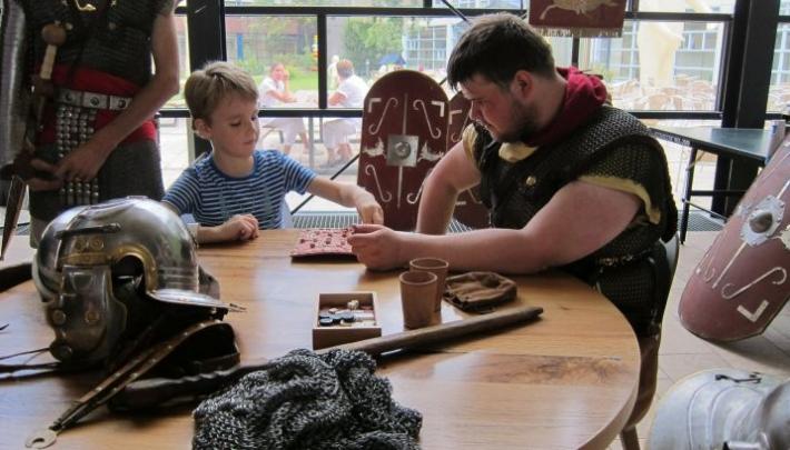 Wilhelmina Kinderziekenhuis krijgt bezoek van de Romeinen