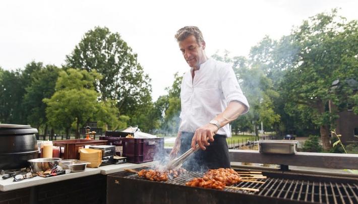 Zomerse vergader-barbecue in de binnentuin van KIT