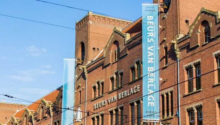 Wandel door een walk through circus in de Beurs van Berlage