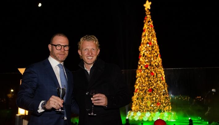 Dirk Kuijt ontsteekt verlichting kerstboom Grand Hotel Huis ter Duin