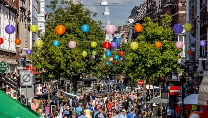Lampionnen in de straten van Nederland deze zomer