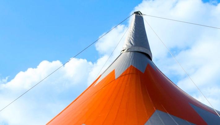 Nok van de zilveren oranje sterrentent van De Kruijf Tenten