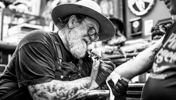 Verbroedering die inkt heet: Schiffmacher Royal Blue Tattoo geopend
