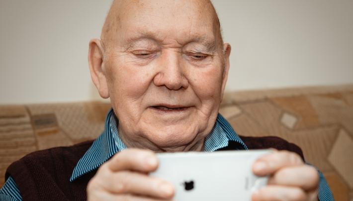 Strijd mee tegen eenzaamheid: doneer een oude telefoon